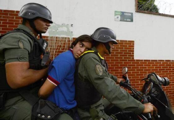 """Esposado y llevado preso en una moto, apretado entre dos guardias nacionales, el joven viene a engrosar el número de """"presos políticos"""", que en total ya suman 3.162 detenciones, de las que 217 son de menores de edad."""