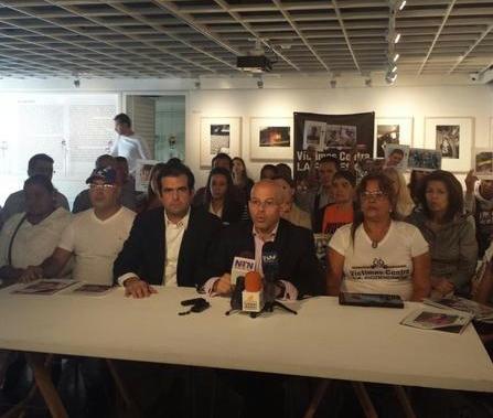 Los directores del Foro Penal Venezolano, Alfredo Romero y Alonso Medina Roa, junto a un grupo de víctimas de violación de los derechos humanos, en conferencia de prensa celebrada el pasado 17 de noviembre.